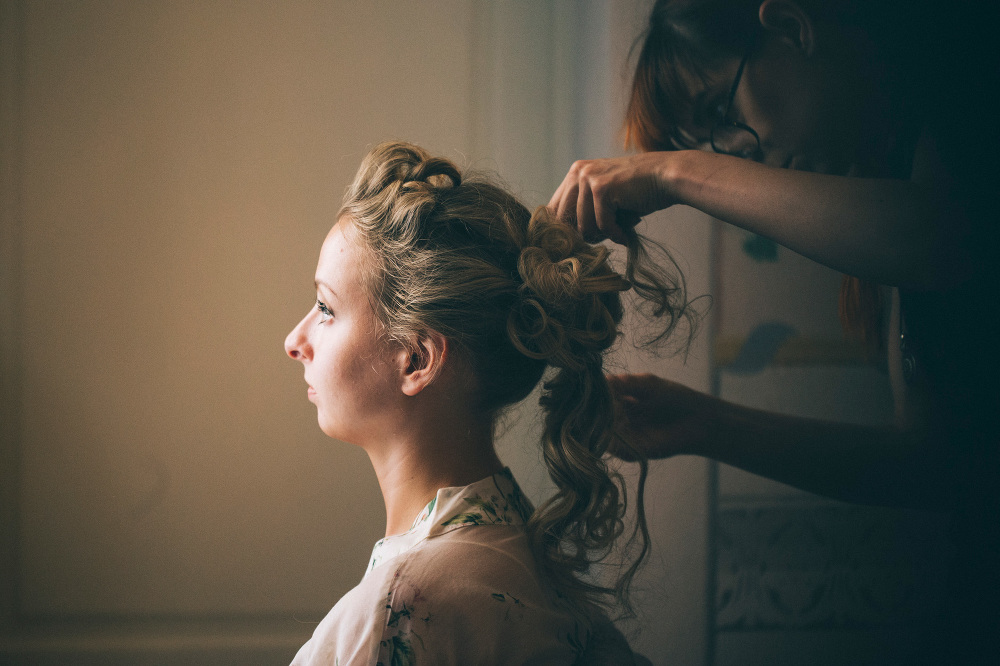 bride getting ready villa destination wedding tuscany italy hair