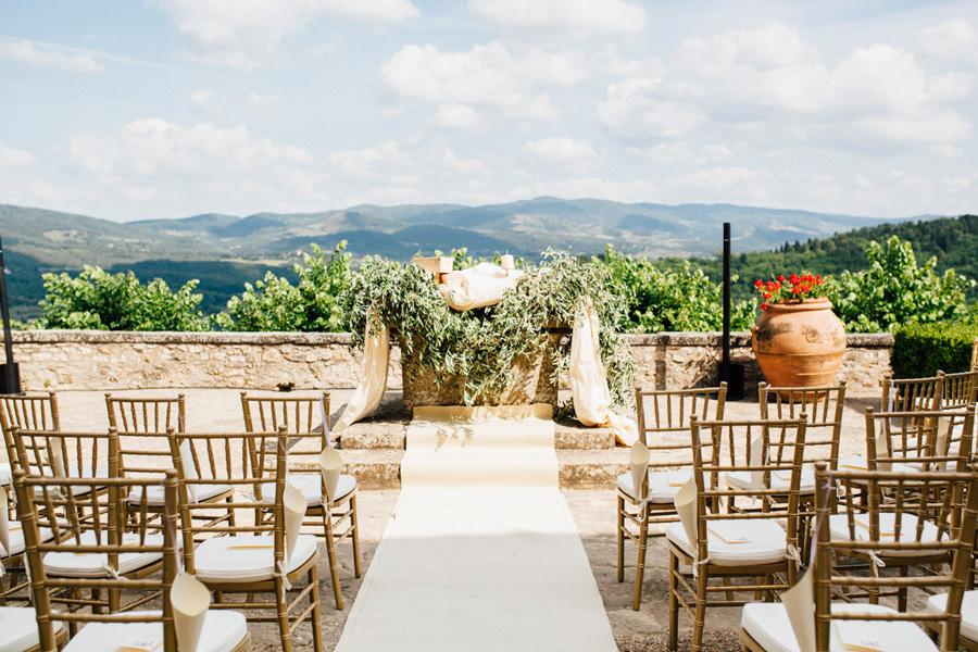 ceremony castle vicchiomaggio tuscany wedding destination