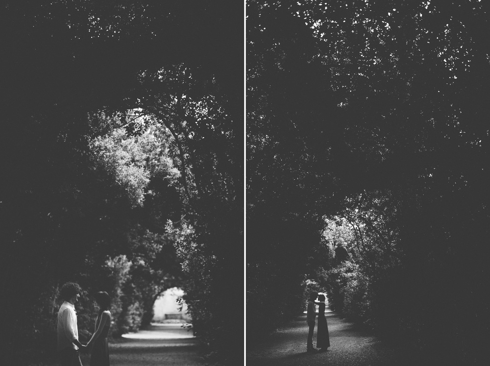 couple engagement arch nature gardens kiss bw photo photosantucc