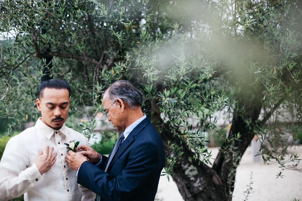 groom getting ready photo photographer wedding cortona italy