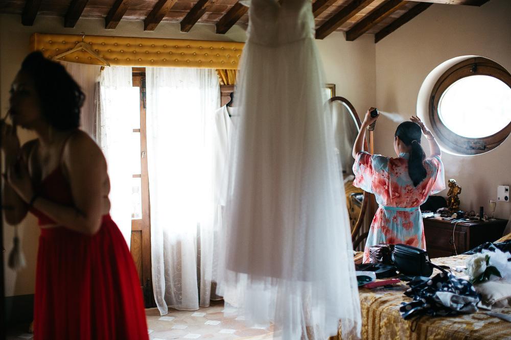 bride getting ready photo photographer wedding cortona italy