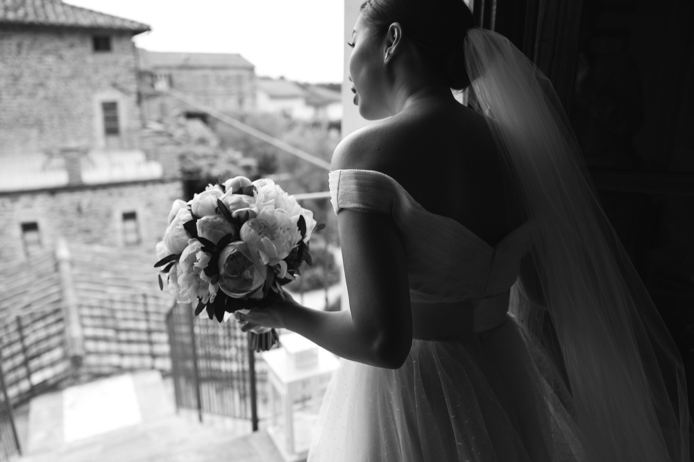 bride looking before ceremony bw photo photographer wedding cort