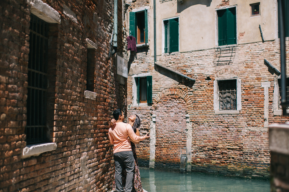 proposal engagement venice photographer photo couple love italy