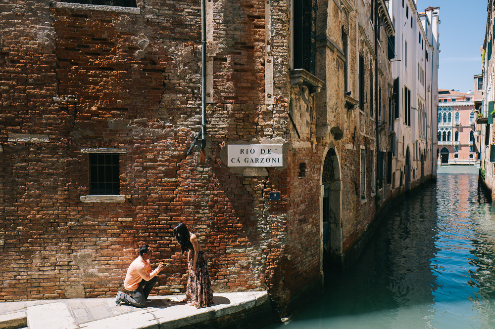 Proposal photoshoot in Venice engagement Proposal in Venice photographer destination photo stefano santucci tastino0 leica q