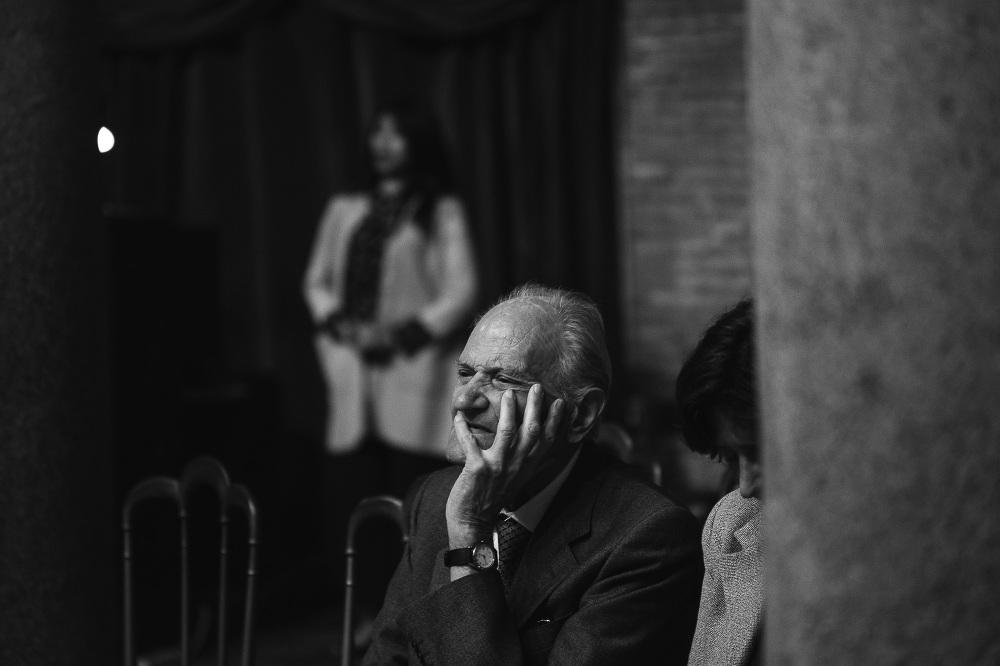 old man praying church santa costanza wedding photo photographer