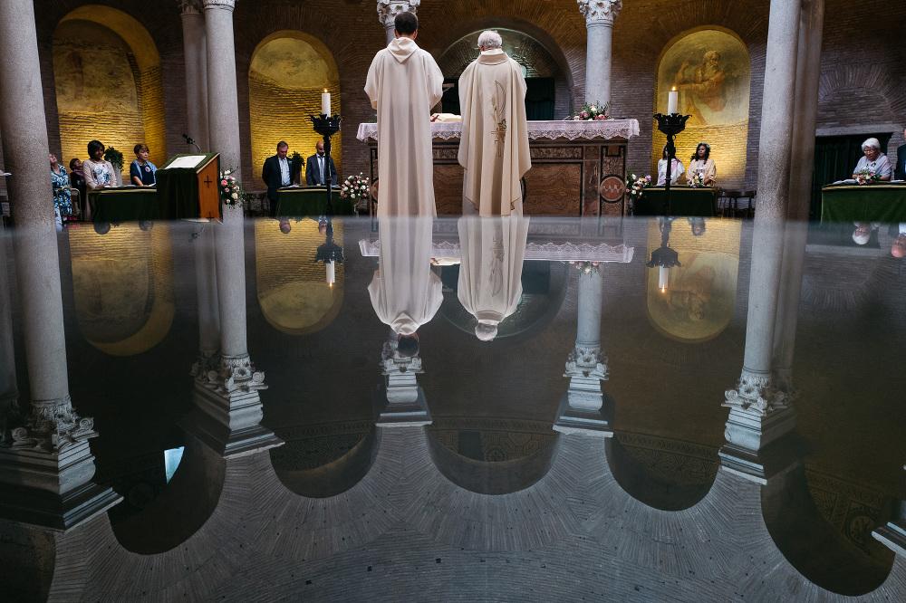 bride groom kiss church santa costanza church