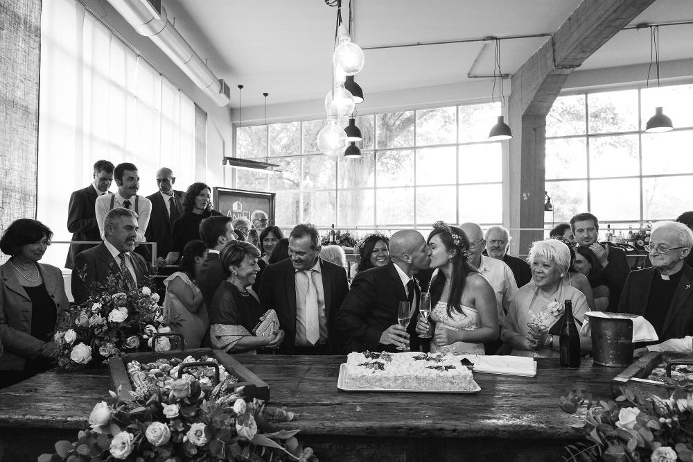 lanificio wedding cutting cake bride groom guests photo photogra