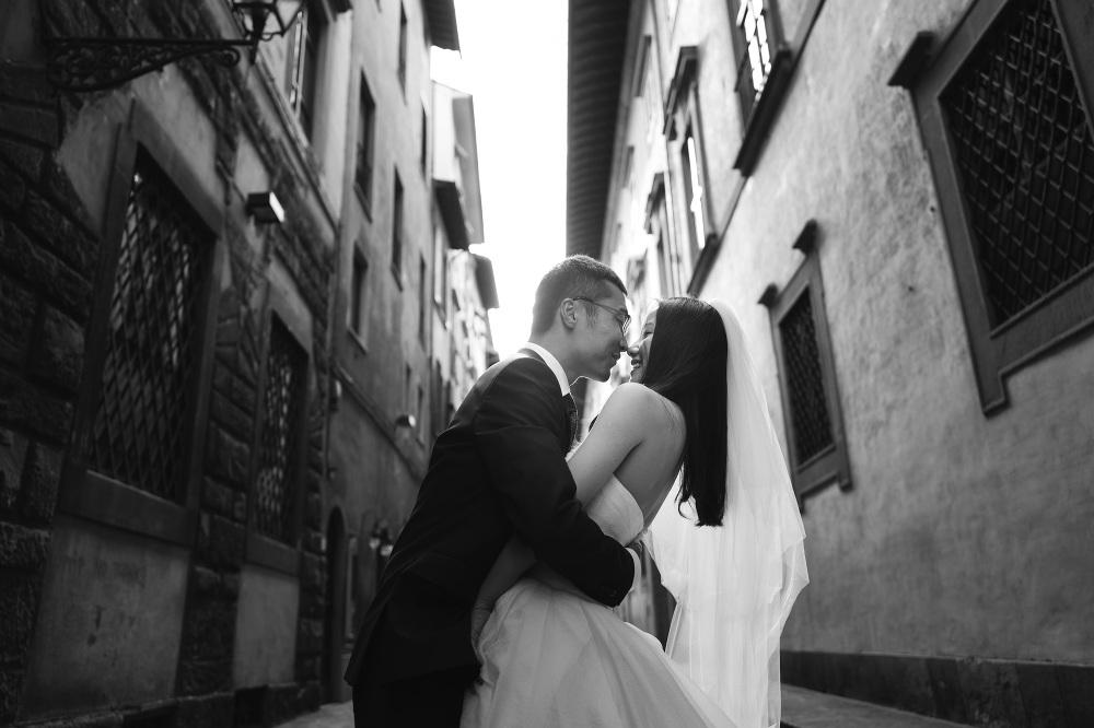 honeymoon photography in Florence photographer florence photo couple shoot tuscany walking street