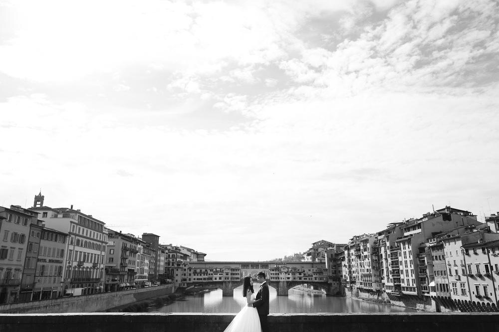 bw photographer florence photo couple shoot tuscany asian ponte
