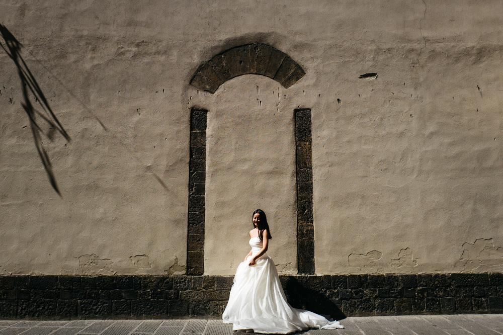 bride groom street walking florence photo photographer photograp