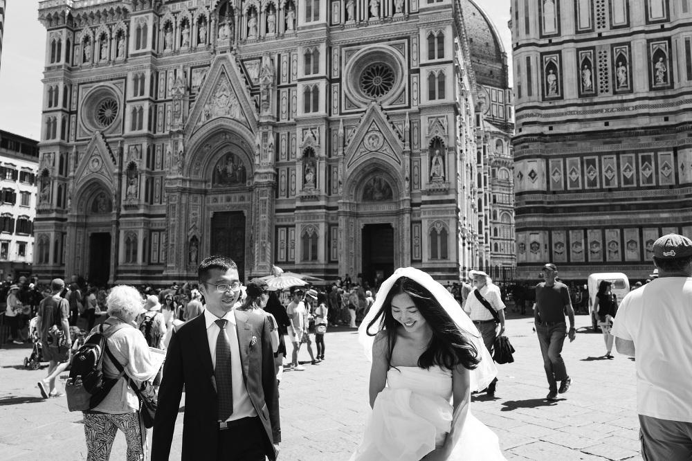 bride groom walking street florence tuscany photo photographer p
