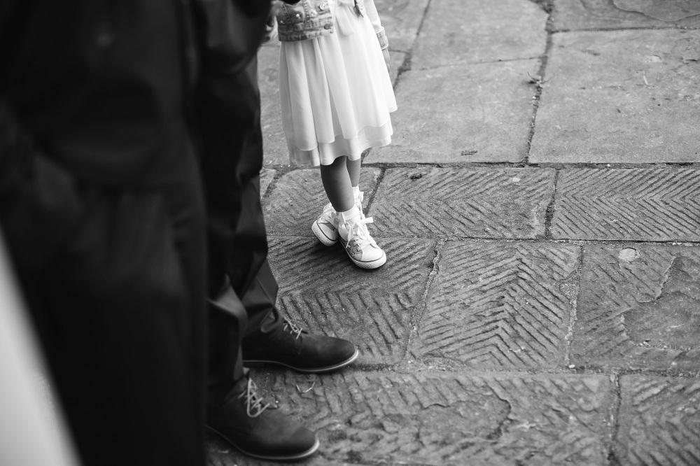 wedding photographer fiesole tuscany photo baby leg foot rice ch