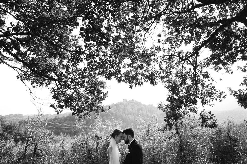 wedding photograher destination tuscany italy photo bw couple ro